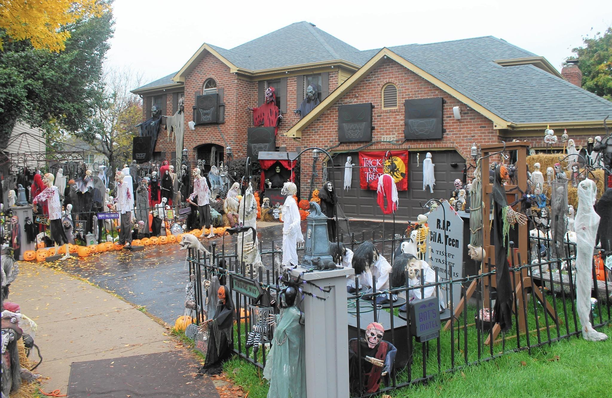 Famous Naperville Halloween House Goes Dark Chicago Tribune