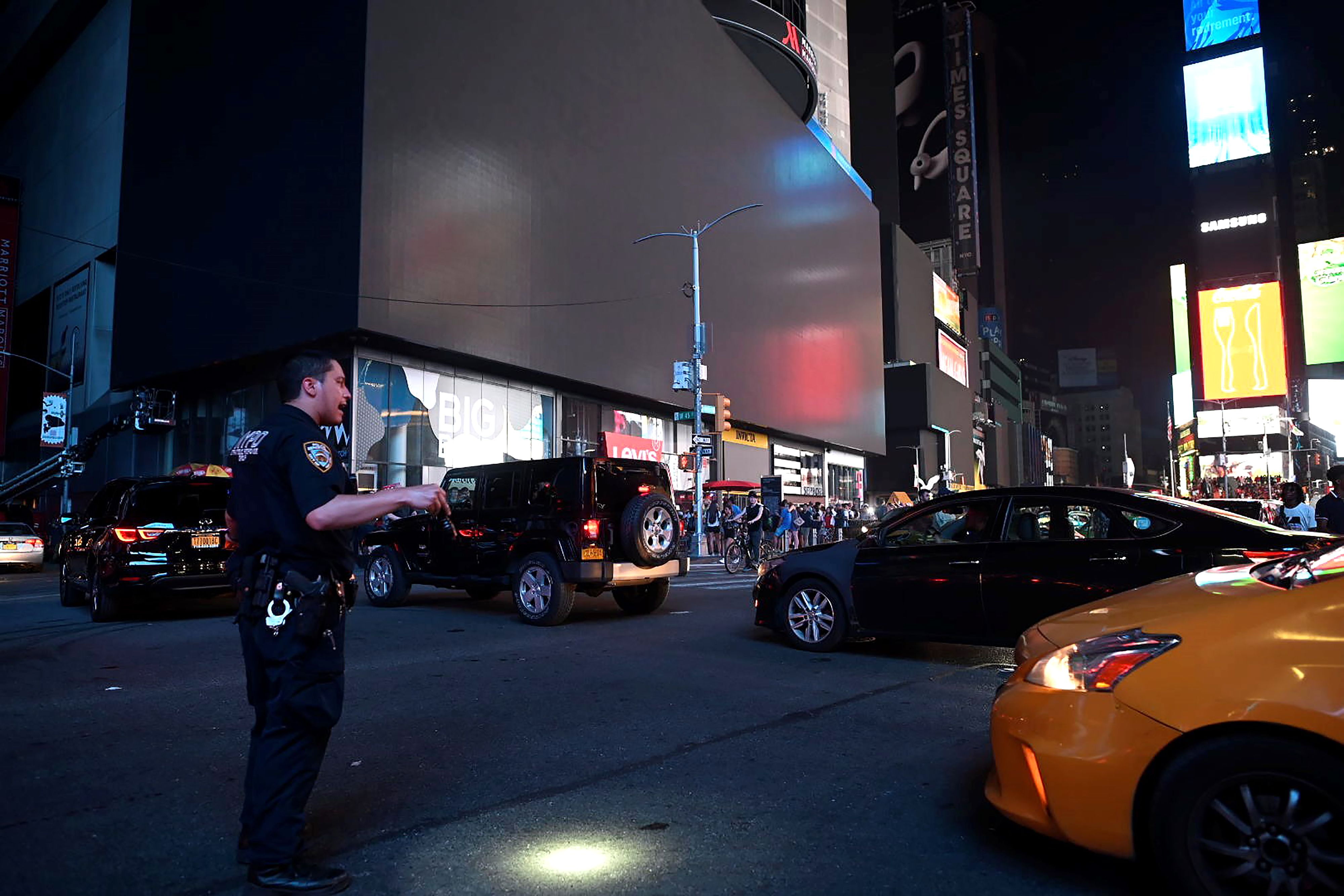 Power restored in Manhattan after transformer fire cuts juice to Times Square, Rockefeller Plaza - The Morning Call