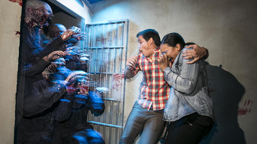 universals halloween horror nights gets better as crowds grow bigger los angeles times
