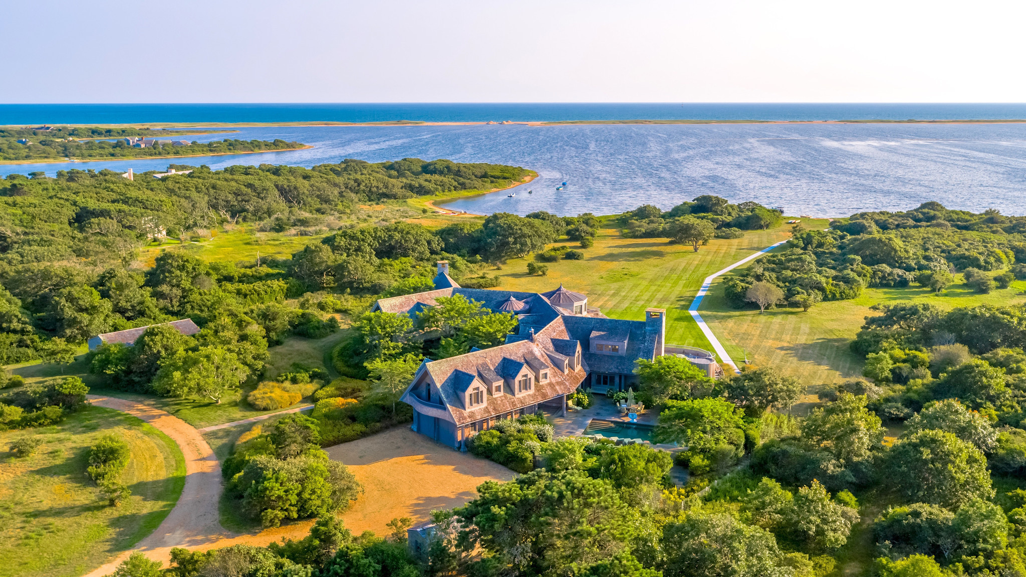 Barack and Michelle Obama drop almost $12 million on Martha's Vineyard beach estate: report - New York Daily News